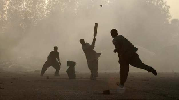 karachi-boys-playing-cricket
